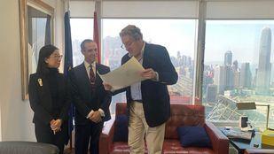 De izquierda a derecha: Min Cai, directora de la oficina de representación de CaixaBank en Hong Kong; Xavier Serrado, delegado de CaixaBank en Asia; y Miguel Bauzá, cónsul general de España en Hong Kong.