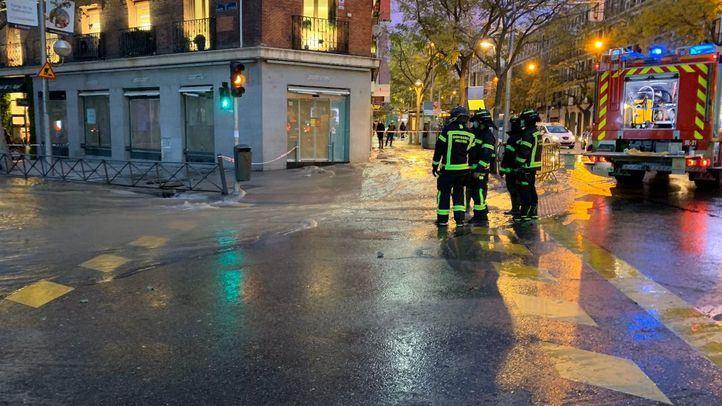 La rotura de una tubería inunda un tramo de la calle Alcalá y obliga a cortar estaciones de Metro