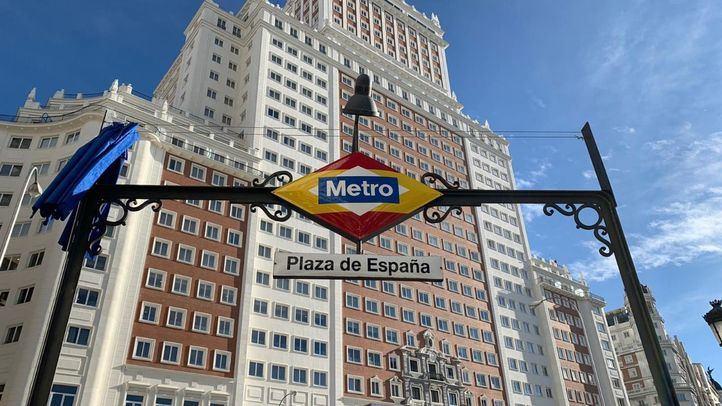 Plaza de España luce el logo de Metro con los colores de la bandera nacional