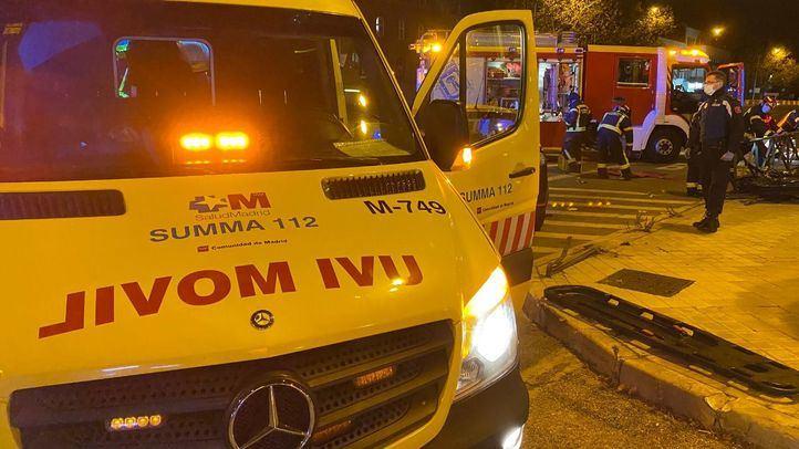 Los bomberos rescatan a una mujer, atrapada en su coche tras un accidente