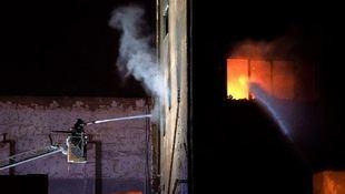 Al menos tres muertos y numerosos heridos en el incendio de una nave okupada en Badalona