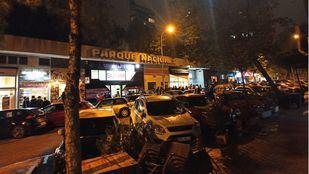 Aglomeraciones en los aledaños de la discoteca Cats, en la calle Julián Romea