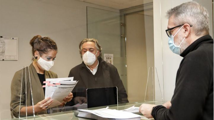 Pepu Hernández y Enma López presentan la enmienda a la totalidad del PSOE a los Presupuestos del Ayuntamiento de Madrid.