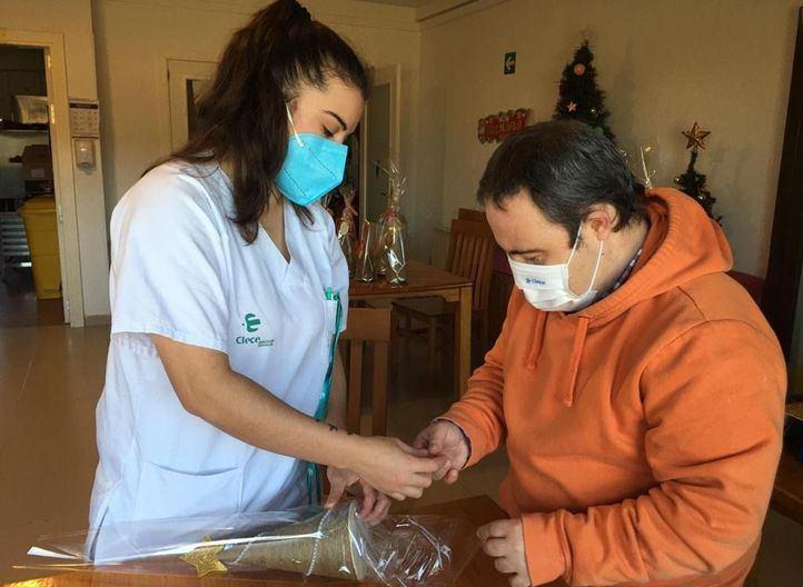 Clece organiza un mercadillo solidario con artículos navideños realizados en la Resco de Colmenar de Oreja