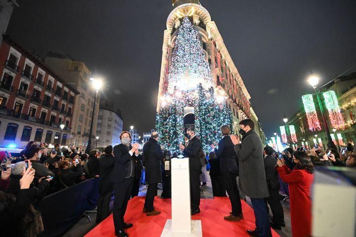 El Four Seasons Canalejas da la bienvenida a la Navidad con el encendido de su árbol
