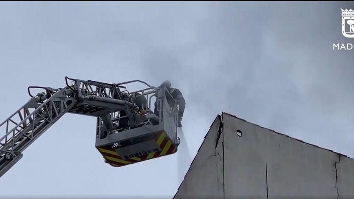 Arde sin heridos la cubierta de un edificio del Paseo de Extremadura