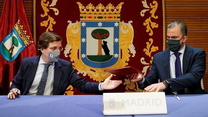 José Luis Martínez-Almeida y Javier Ortega Smith firman el acuerdo de Presupuestos.