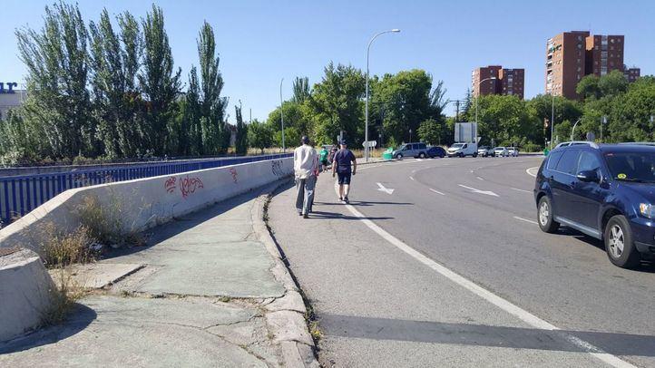 Varios peatones transitan por la rotonda de la Avenida de Andalucía que carece de aceras.