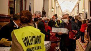 El Padre Ángel repartió cenas de Nochebuena a 150 personas sin recursos