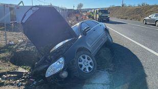 Un conductor de 81 años se sale de la vía en Loeches y deja a un joven con pronóstico reservado