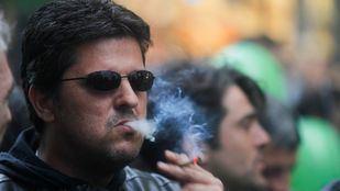Una asociación pide que se prohíba fumar en la calle