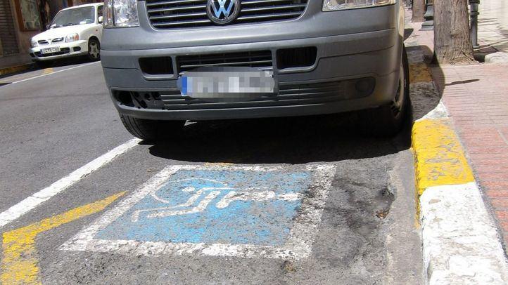 La DGT descarta retirar puntos del carné por estacionar en plazas de personas con discapacidad