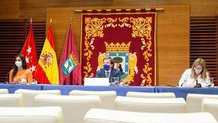 El alcalde, José Luis Martínez-Almeida, la vicealcaldesa, Begoña Villacís, y la portavoz municipal, Inmaculada Sanz, en la rueda de prensa posterior a la Junta de Gobierno.