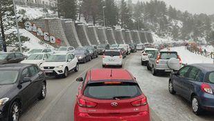 La carretera al Puerto de Navacerrada, colapsada
