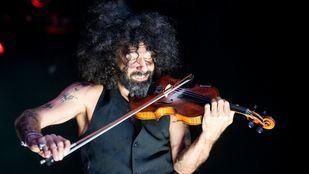 Ara Malikian sorprende en Barajas con un concierto improvisado