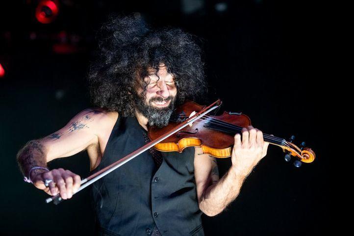 El prestigioso violinista Ara Malikian sorprende en Barajas con un concierto improvisado