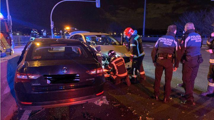 Heridas tres personas, una de ellas grave, tras colisionar dos turismos en Villaverde