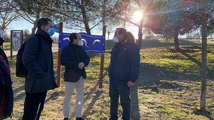 Borja Carabante, delegado de Medio Ambiente y Movilidad, supervisa el fin de los trabajos en el parque Cuña Verde de Latina