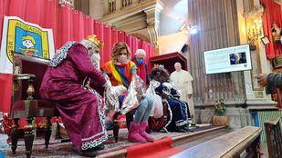El Padre Ángel y Agatha Ruiz de la Prada reparten regalos de Reyes a los más vulnerables