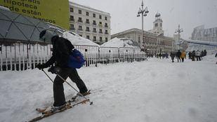 Trineos con perros, repartidores en esquís o snow en Gran Vía: las mejores imágenes de la nevada