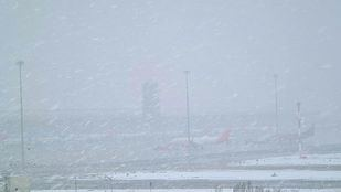 El aeropuerto de Barajas cubierto por la nieve