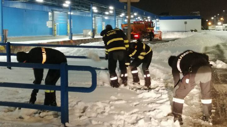 La UME retira nieve de las inmediaciones de Mercamadrid