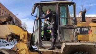 Policías nacionales salvan la vida en Vallecas a un hombre con Covid que se ahogaba