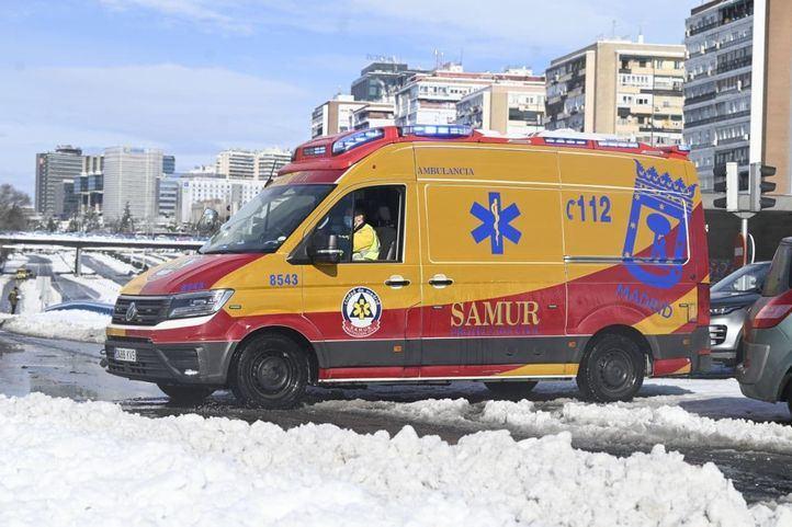 Una ambulancia del Samur intenta pasar entre la nieve