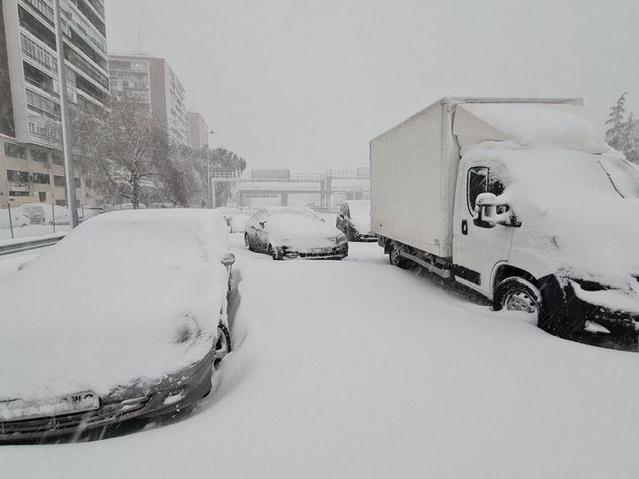 Desvalijado un camión lleno de comida que quedó varado por la nieve en la M-30 en Moratalaz