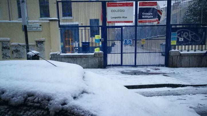 Entrada de un colegio cubierta de nieve