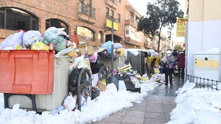 La recogida de basuras en Madrid tras la nevada comenzó este pasado martes para retirar de la vía pública unas 9.000 toneladas de basura.