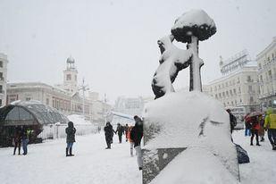 La Puerta del Sol cubierta de nieve tras el paso de Filomena