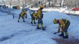 Trabajadores de las BRIF limpiando las calles de Madrid