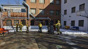 Las Brigadas de Refuerzo en Incendios Forestales (BRIF) retiran la nieve en los colegios públicos de Madrid.
