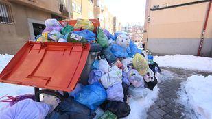 Ratas entre la nieve y la basura: los vecinos denuncian la acumulación de residuos en las calles