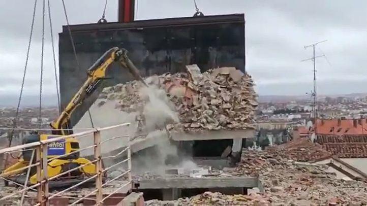 Demolido el torreón del edificio de la calle Toledo ante el riesgo de caída a la calle y al colegio