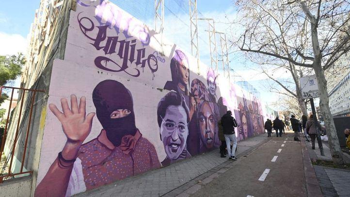 Decenas de personas se concentran frente al mural feminista de La Concepción para pedir su mantenimiento