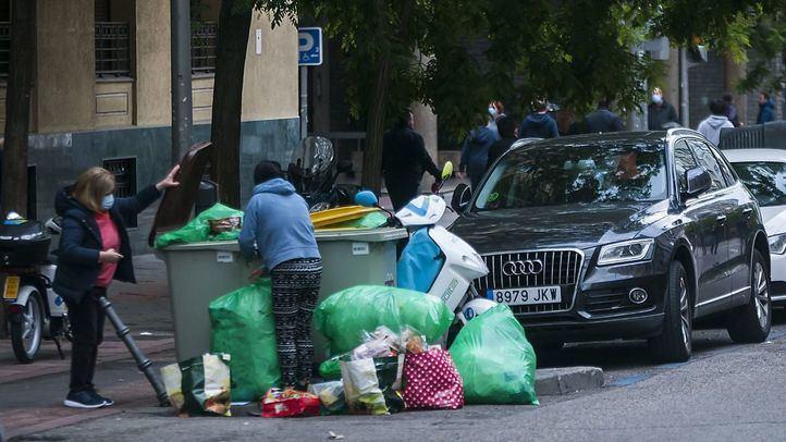 Dos mujeres recogen comida de la basura en O'Donnell.