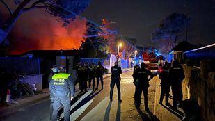 Los servicios de emergencias trabajan en la zona para sofocar el incendio.