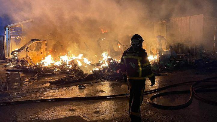 Arde un aparcamiento de caravanas en Alcalá de Henares
