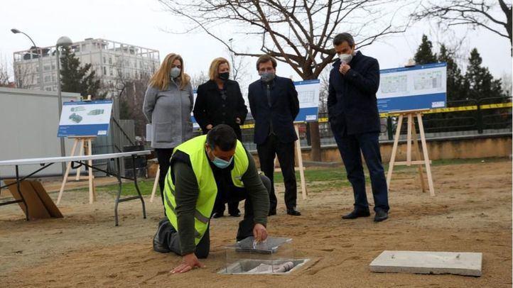 Almeida coloca la primera piedra de la nueva base de Policía y Samur en Retiro