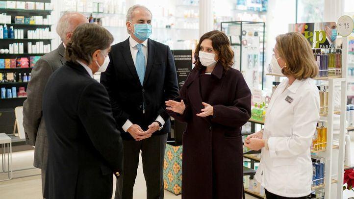 Isabel Díaz Ayuso y Enrique Ruiz Escudero en una de las farmacias que comenzarán a realizar test de antígenos