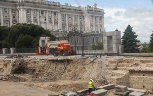 Obras en la entrada a los Jardines de Sabatini, junto al Palacio Real.