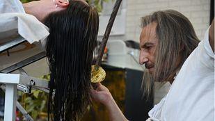 Katanas, garras y soplete de fuego: las novedosas herramientas para cortar el pelo