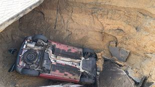 Rescatado tras caer con su vehículo en un socavón en Majadahonda