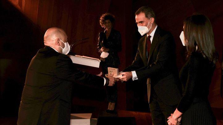 Contantino Mediavilla, presidente de Madridiario, recoge el Premio APM de manos de Felipe VI