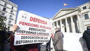Pensionistas se manifiestan ante el Congreso contra el Pacto de Toledo