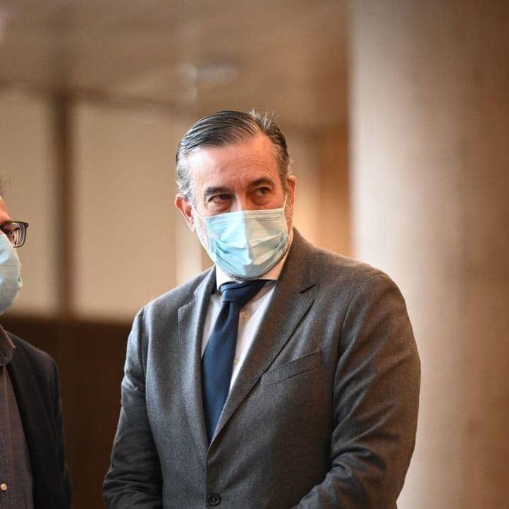 Ayuso defiende a López de los ataques de la oposición