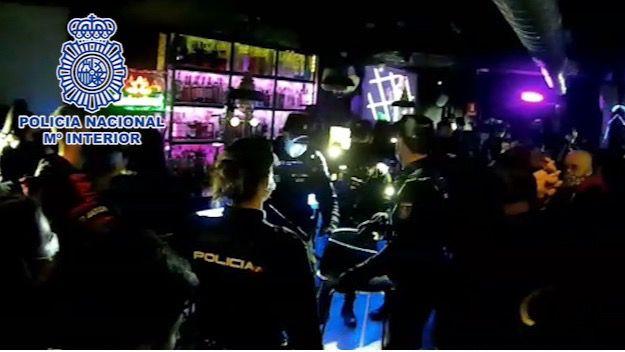 Desmanteladas dos fiestas ilegales con 90 sanciones y ocho arrestos en el barrio de Huertas