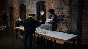 Arranca la jornada electoral en Cataluña muy marcada por el coronavirus